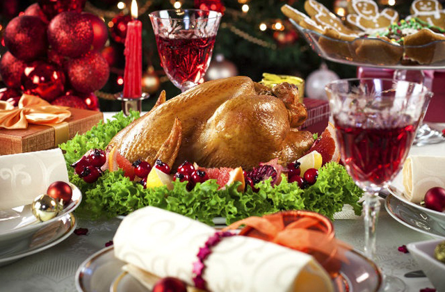 a photo of the christmas table with a turkey and two glasses of wine: how to combine christmas and healthy living